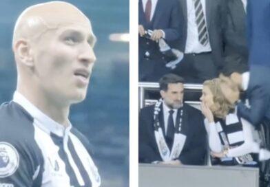 Jonjo Shelvey olha nervosamente para os novos proprietários do clube após ser expulso contra o Spurs